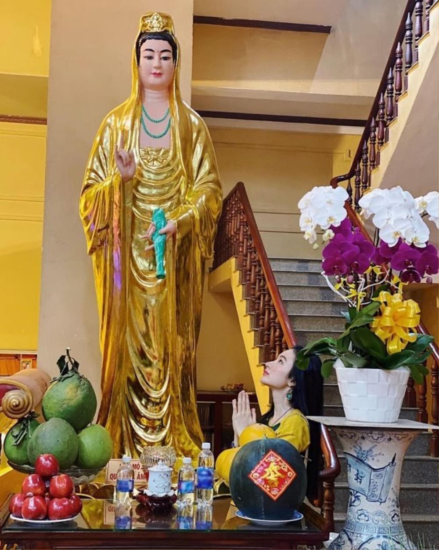Chi Pu, Sun Ht bị dân mạng 'ném đá' mặc đồ hở hang, ngắn cũn đi lễ đầu năm Ảnh 8