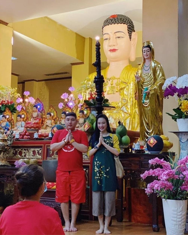 Chi Pu, Sun Ht bị dân mạng 'ném đá' mặc đồ hở hang, ngắn cũn đi lễ đầu năm Ảnh 9