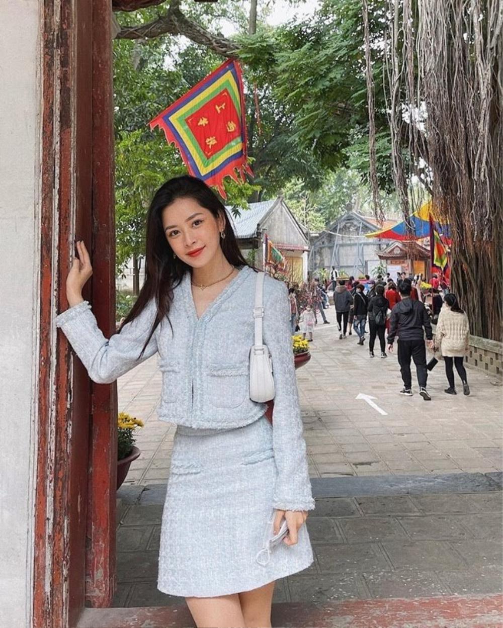 Chi Pu, Sun Ht bị dân mạng 'ném đá' mặc đồ hở hang, ngắn cũn đi lễ đầu năm Ảnh 2