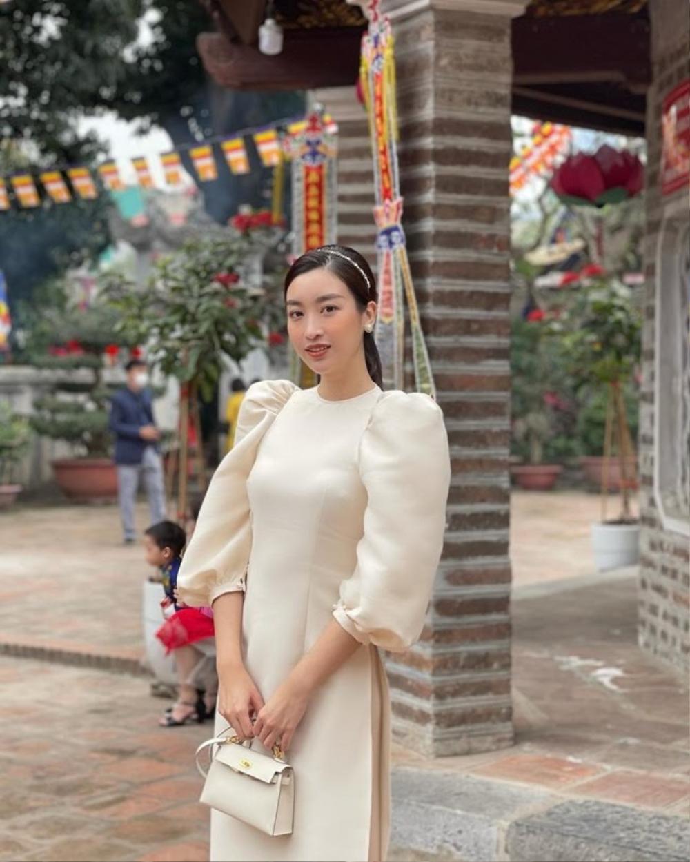 Chi Pu, Sun Ht bị dân mạng 'ném đá' mặc đồ hở hang, ngắn cũn đi lễ đầu năm Ảnh 7