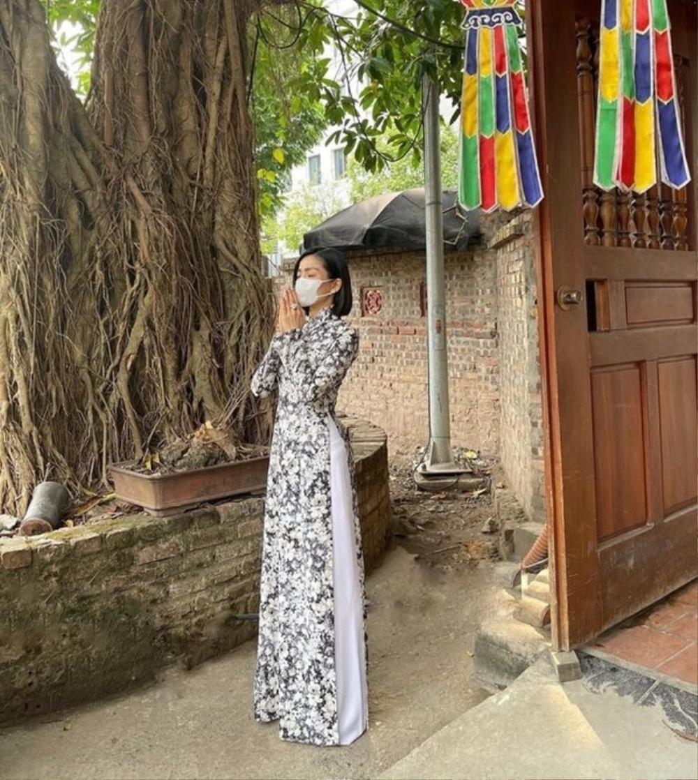 Chi Pu, Sun Ht bị dân mạng 'ném đá' mặc đồ hở hang, ngắn cũn đi lễ đầu năm Ảnh 12