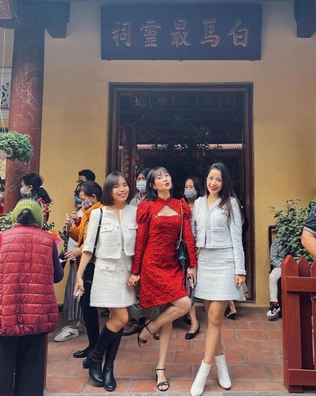 Chi Pu, Sun Ht bị dân mạng 'ném đá' mặc đồ hở hang, ngắn cũn đi lễ đầu năm Ảnh 1