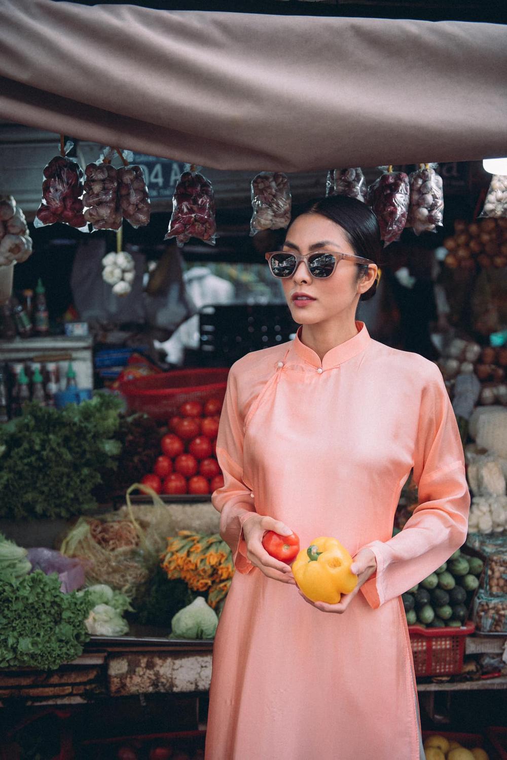 Tăng Thanh Hà tung tăng cùng bạn thân diện áo dài đi chợ sáng sau Tết Ảnh 2