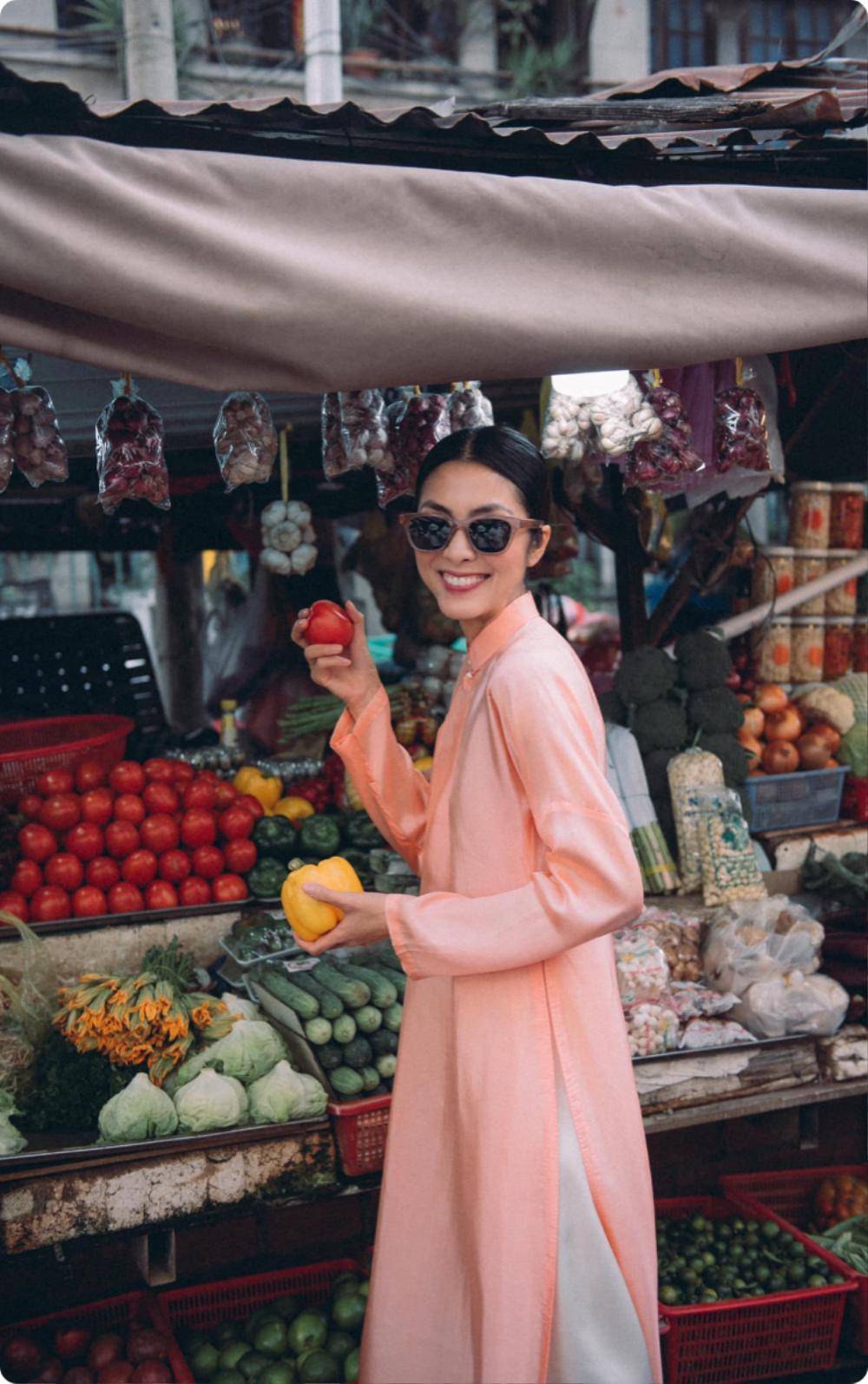 Tăng Thanh Hà tung tăng cùng bạn thân diện áo dài đi chợ sáng sau Tết Ảnh 4
