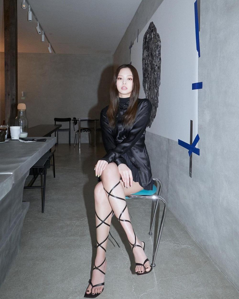 Jennie Black Pink chất phát ngất trong cây đồ all black khiến fan ngã gục Ảnh 6