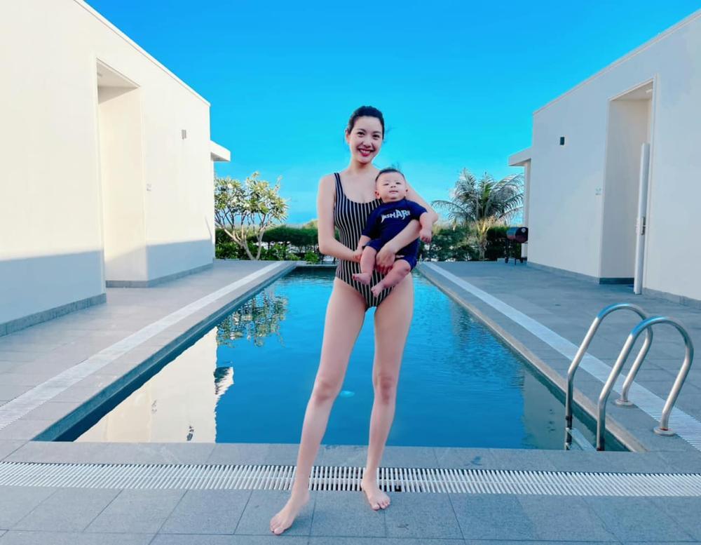 Thúy Vân diện áo tắm, khoe khéo body nuột nà sau 3 tháng sinh con khiến fan 'dậy sóng' Ảnh 2