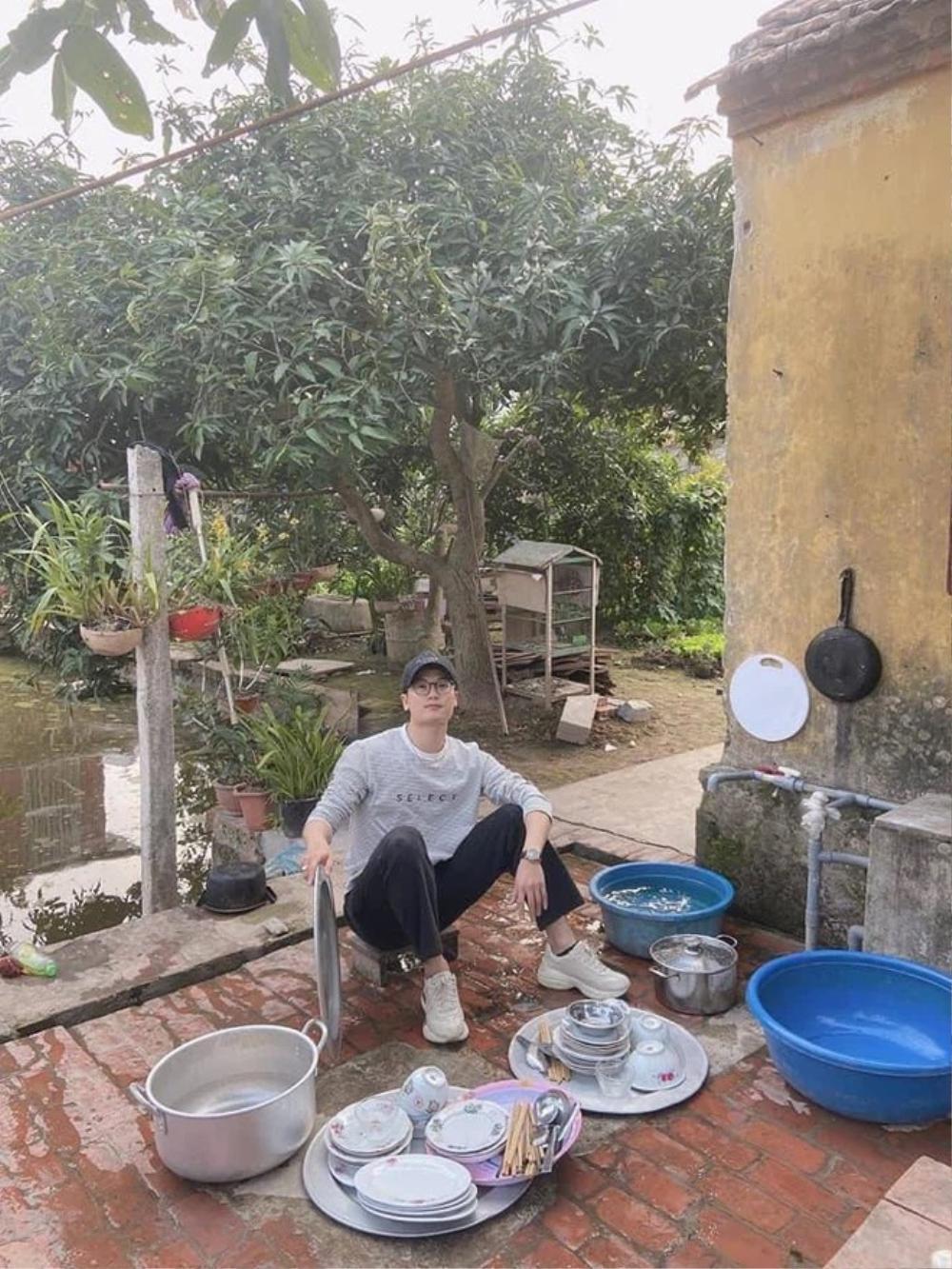 Thanh niên điển trai bị gia đình bắt rửa 3 mâm bát trong dịp Tết, hội chị em mừng rơn khi biết được lí do Ảnh 2