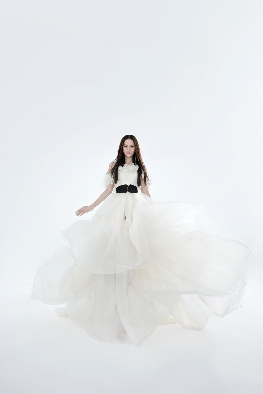 NTK Trần Hùng ra mắt BST tại London Fashion Week, chỉ dùng một người mẫu duy nhất Ảnh 19