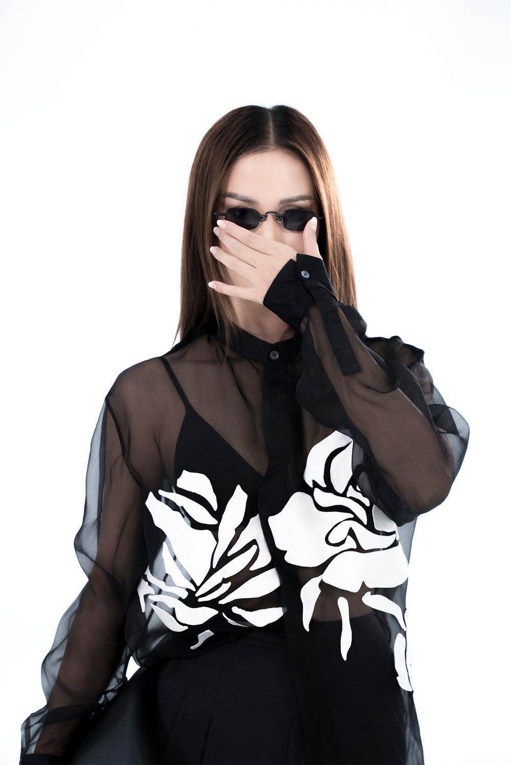 NTK Trần Hùng ra mắt BST tại London Fashion Week, chỉ dùng một người mẫu duy nhất Ảnh 28