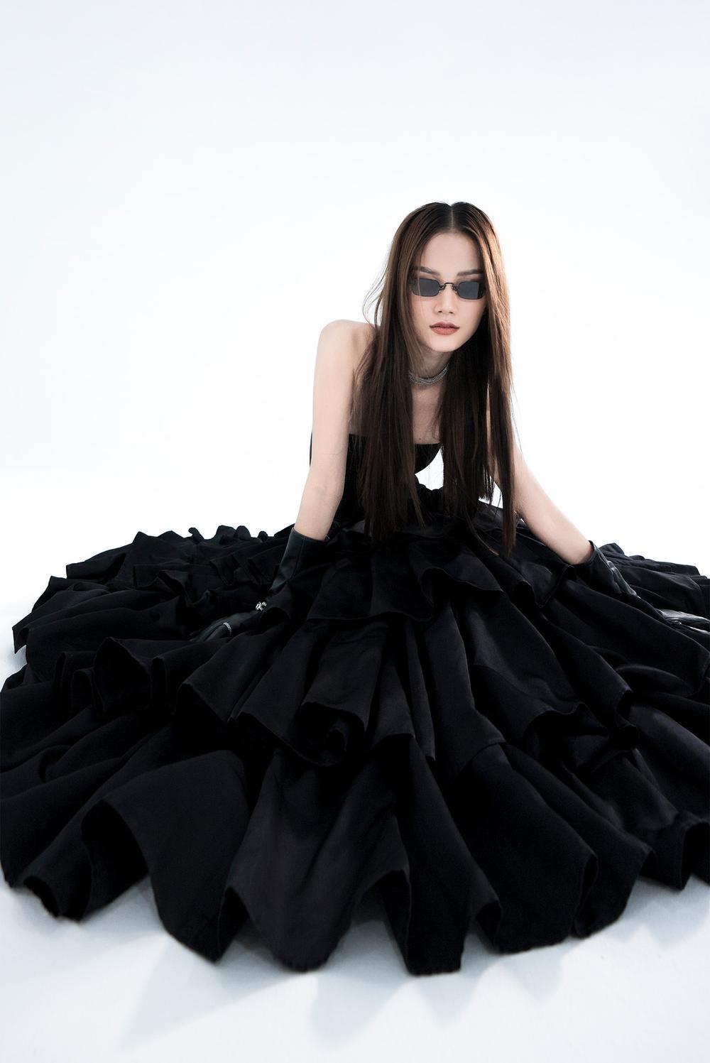 NTK Trần Hùng ra mắt BST tại London Fashion Week, chỉ dùng một người mẫu duy nhất Ảnh 3