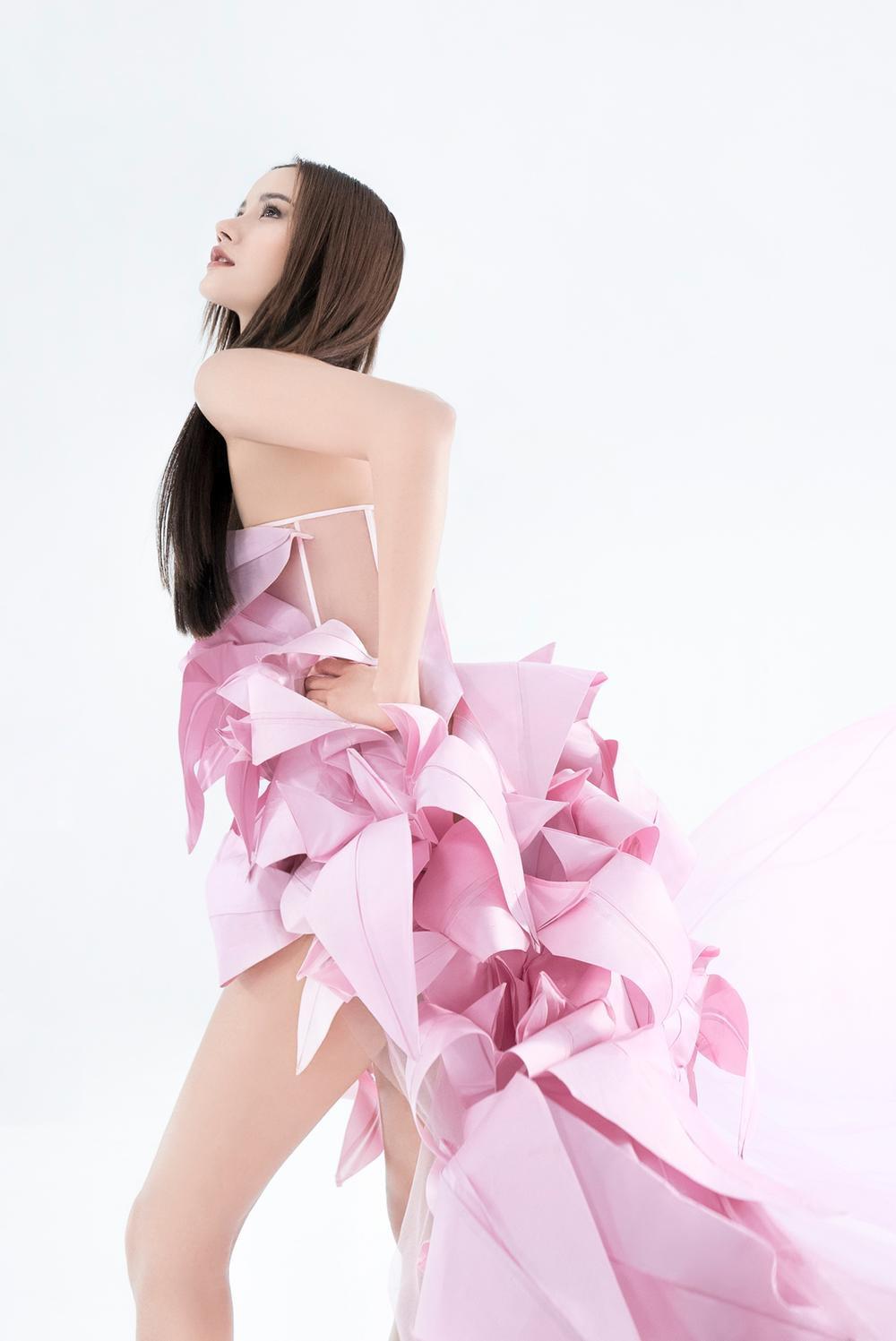 NTK Trần Hùng ra mắt BST tại London Fashion Week, chỉ dùng một người mẫu duy nhất Ảnh 23