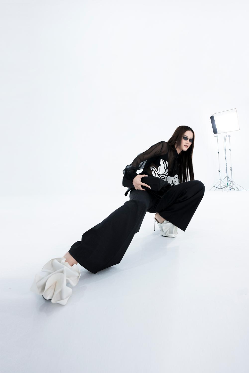 NTK Trần Hùng ra mắt BST tại London Fashion Week, chỉ dùng một người mẫu duy nhất Ảnh 12