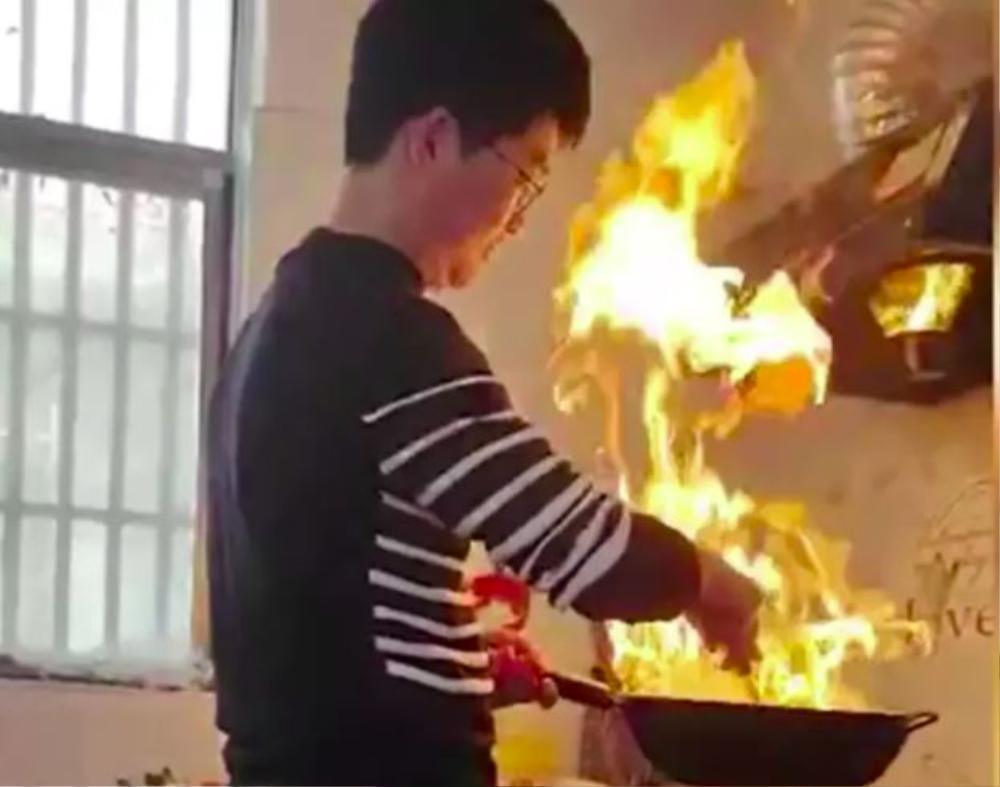 Về nhà vợ trổ tài nấu nướng, con rể quý làm cháy luôn nhà bếp khiến bố mẹ sợ khiếp vía Ảnh 1