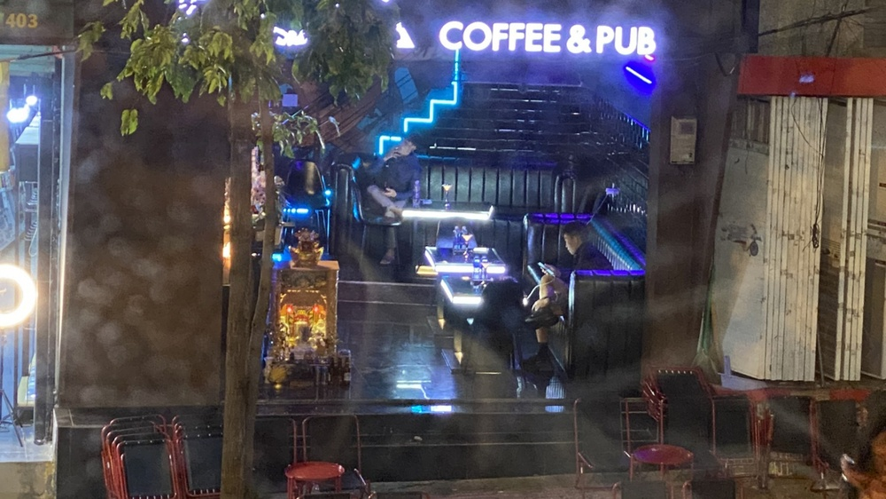 Xử phạt 25 triệu đồng một quán rượu vẫn mở cửa đón khách bất chấp lệnh cấm Ảnh 1
