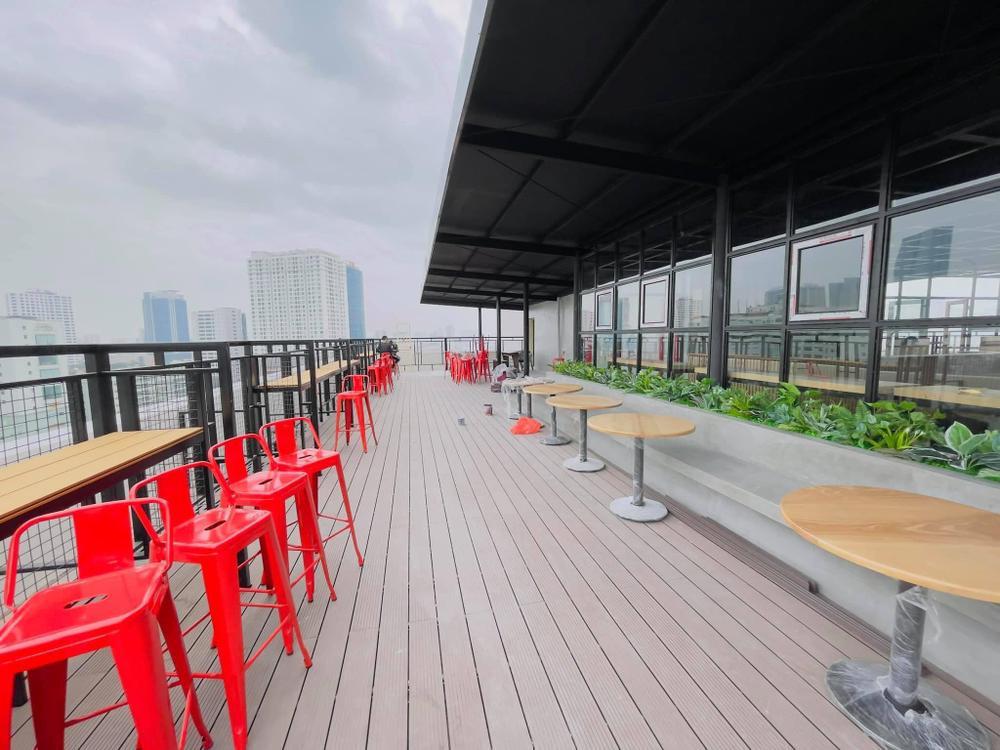 Sang chảnh như 'trường người ta', đầu tư hẳn quán cafe - bar rooftop khiến sinh viên háo hức Ảnh 3