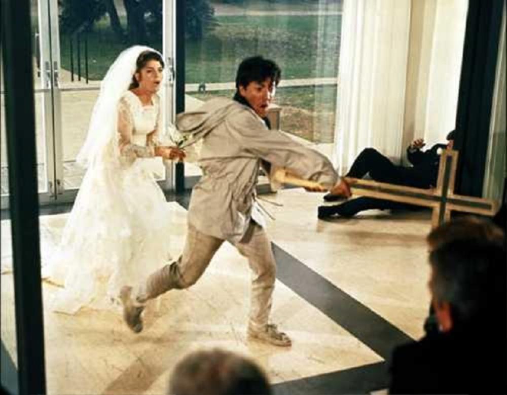 Thấy bạn gái đi lấy chồng, chàng trai liền đạp xe đạp xông vào hôn trường cướp dâu Ảnh 1