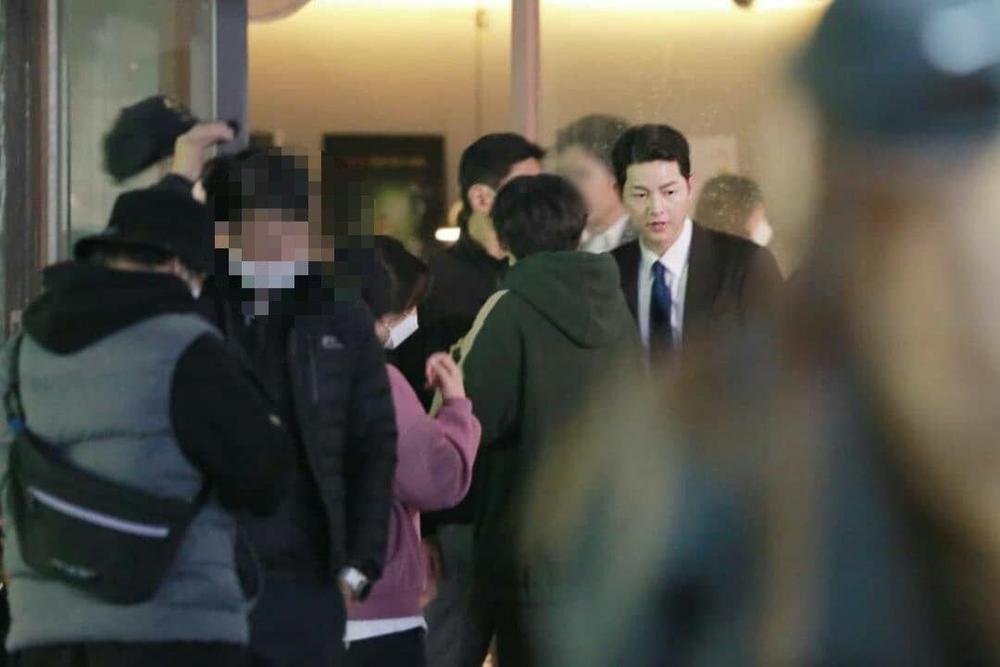 'Vincenzo': Jeon Yeo Bin đã có dấu hiệu 'say nắng' với luật sư mafia Song Jong Ki Ảnh 4