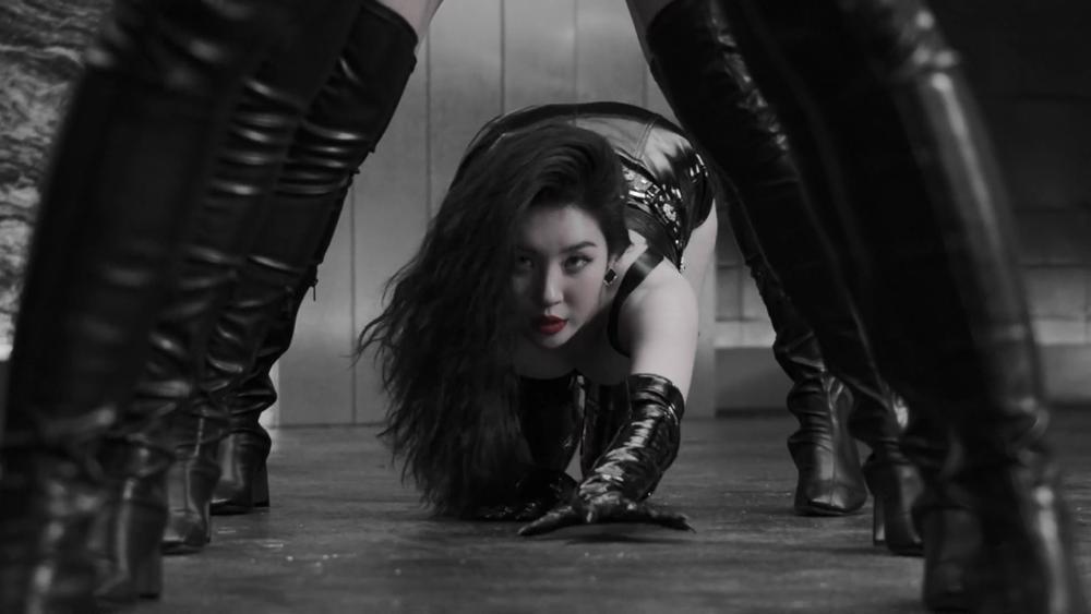 Sunmi chính thức 'lột xác' trở thành nàng miêu nữ quyến rũ trong MV mới Ảnh 7