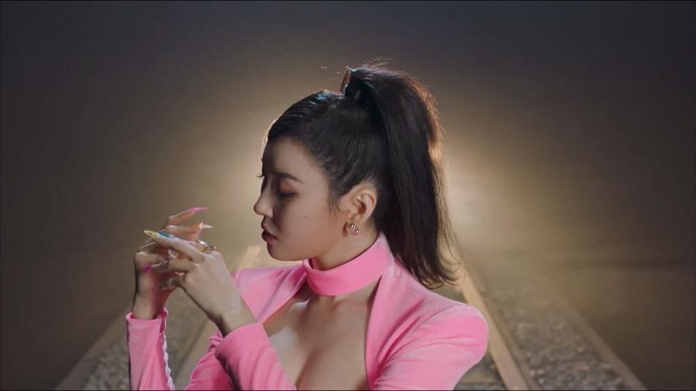 Sunmi chính thức 'lột xác' trở thành nàng miêu nữ quyến rũ trong MV mới Ảnh 14