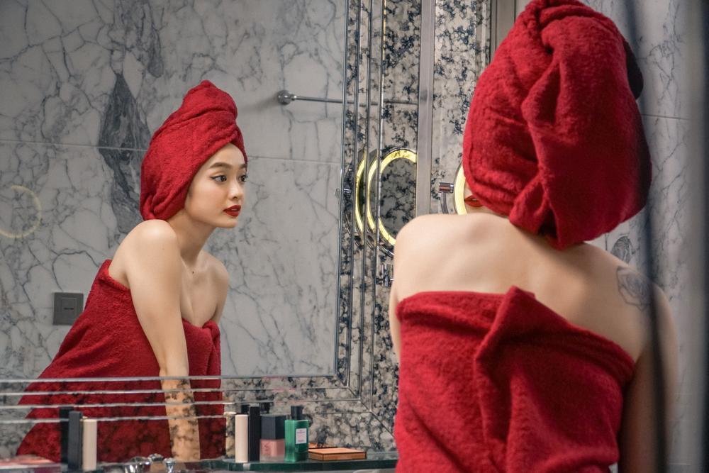 Những cảnh nóng đỏ mặt của Kaity Nguyễn trong 'Gái già lắm chiêu V' Ảnh 2