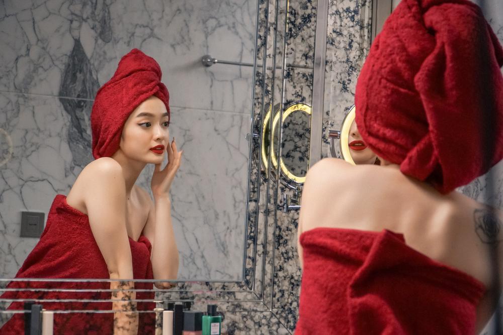 Những cảnh nóng đỏ mặt của Kaity Nguyễn trong 'Gái già lắm chiêu V' Ảnh 1