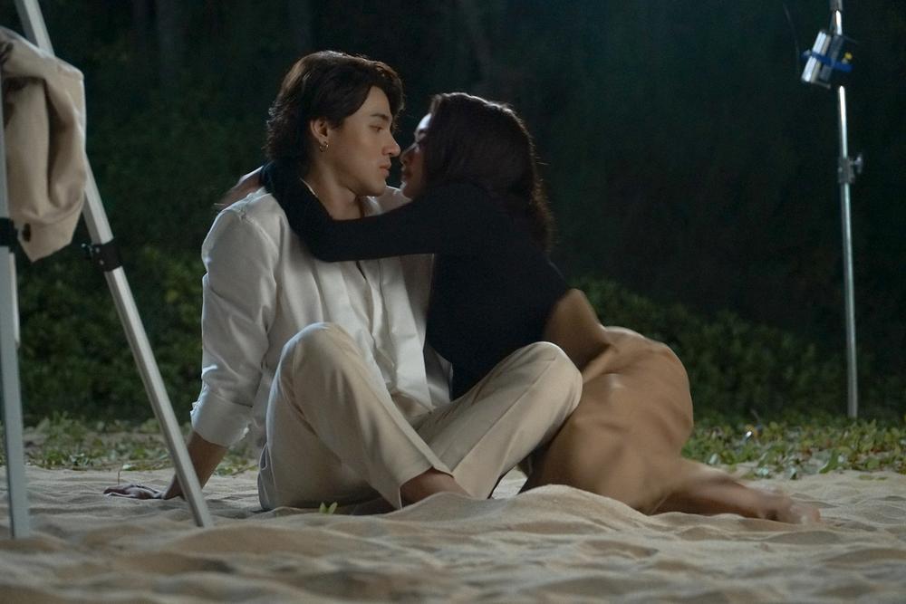 Những cảnh nóng đỏ mặt của Kaity Nguyễn trong 'Gái già lắm chiêu V' Ảnh 22