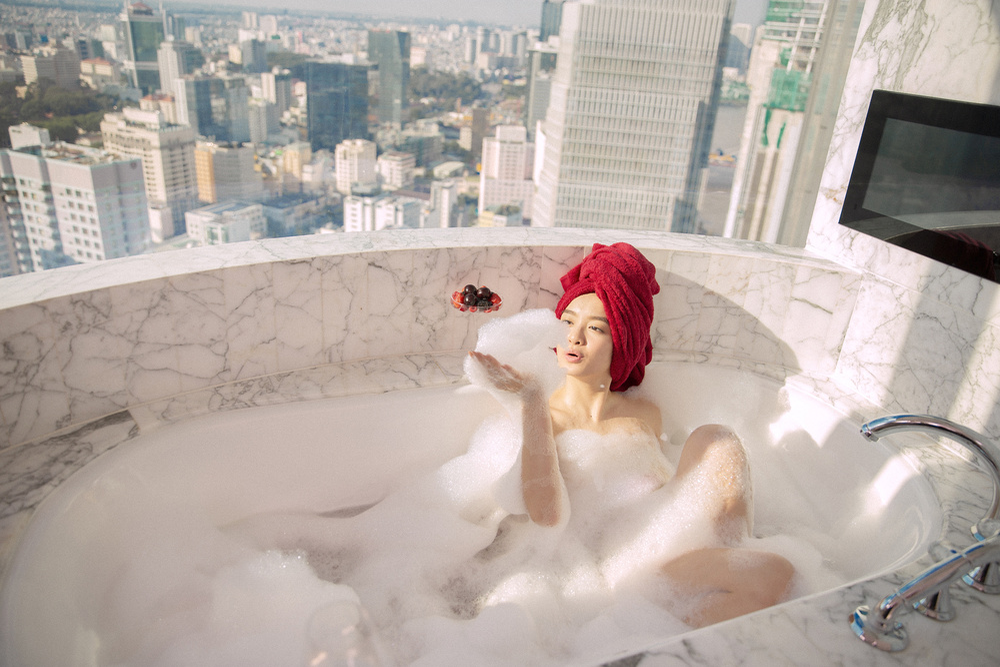 Những cảnh nóng đỏ mặt của Kaity Nguyễn trong 'Gái già lắm chiêu V' Ảnh 7