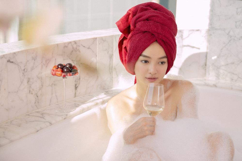 Những cảnh nóng đỏ mặt của Kaity Nguyễn trong 'Gái già lắm chiêu V' Ảnh 9
