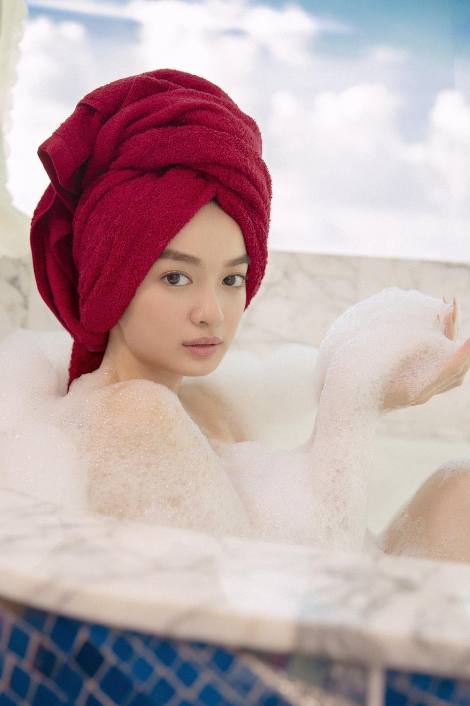 Những cảnh nóng đỏ mặt của Kaity Nguyễn trong 'Gái già lắm chiêu V' Ảnh 5