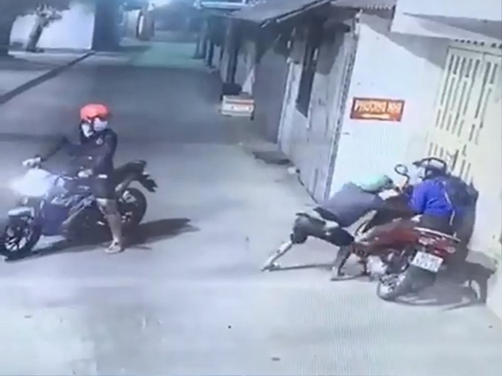 Nhóm cướp táo tợn chặn đầu xe, dùng bình xịt hơi cay tấn công đôi nam nữ để cướp túi xách Ảnh 1