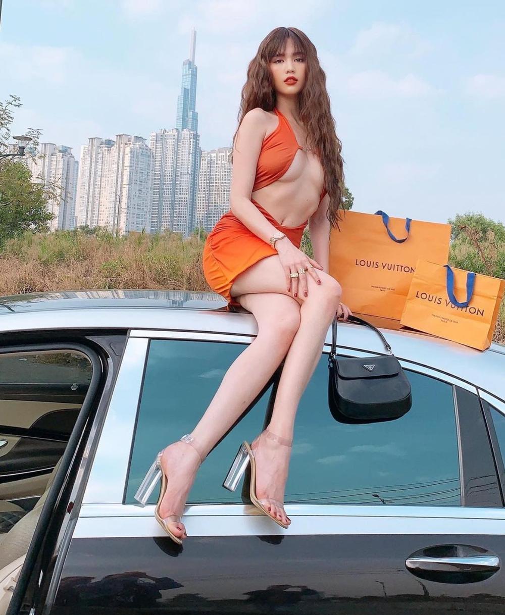 Ngọc Trinh không hề lép vế khi đụng váy cắt xẻ hiểm hóc với các hot girls thế giới Ảnh 1