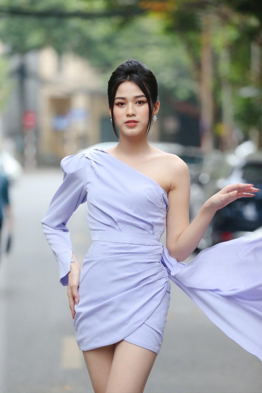 Dáng ngày càng chuẩn, Đỗ Thị Hà 'phục thù' cực đỉnh kiểu váy từng để lộ bụng mỡ Ảnh 3