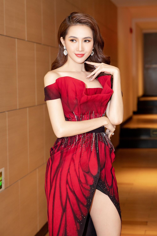 Phan Thị Mơ diện đầm đỏ như đóa hồng nhung, tiết lộ về cảnh 'tắm tiên' Ảnh 2