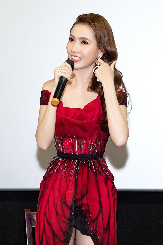Phan Thị Mơ diện đầm đỏ như đóa hồng nhung, tiết lộ về cảnh 'tắm tiên' Ảnh 6