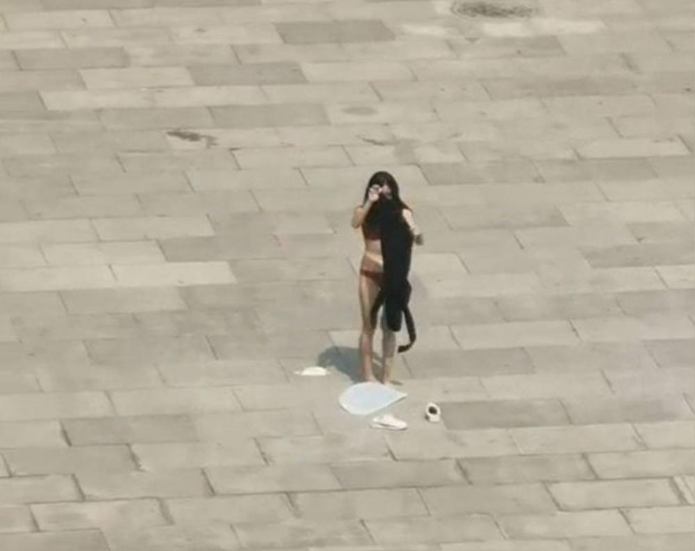 Clip: Cô gái mặc độc nội y đứng vái lạy trong chùa gây bão MXH Ảnh 2