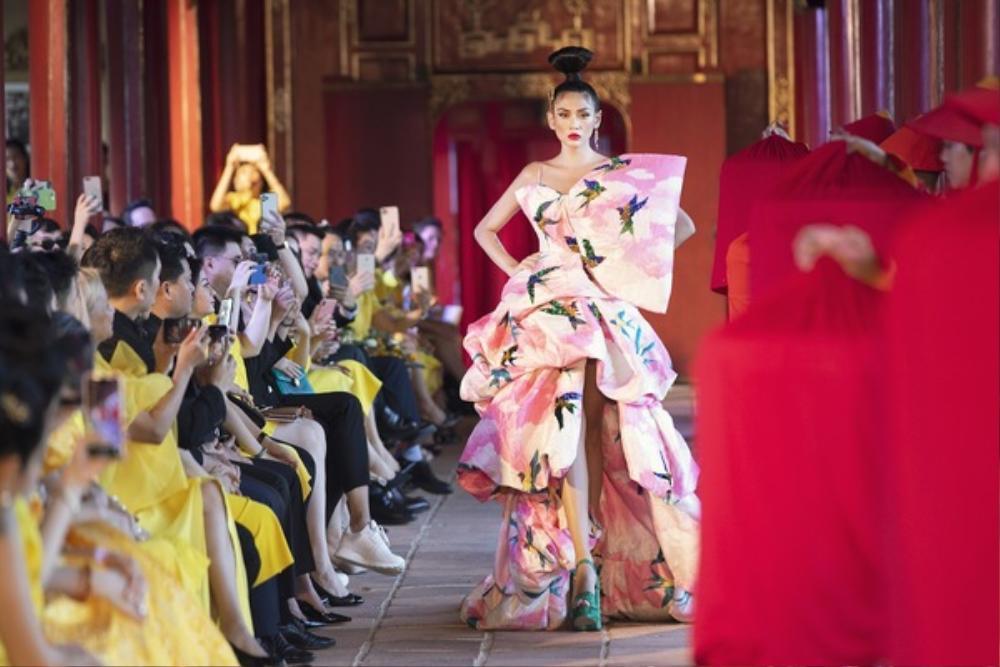 360 độ thời trang Việt: Vì sao loạt NTK Việt lại tổ chức show tại các danh lam thắng cảnh Ảnh 10