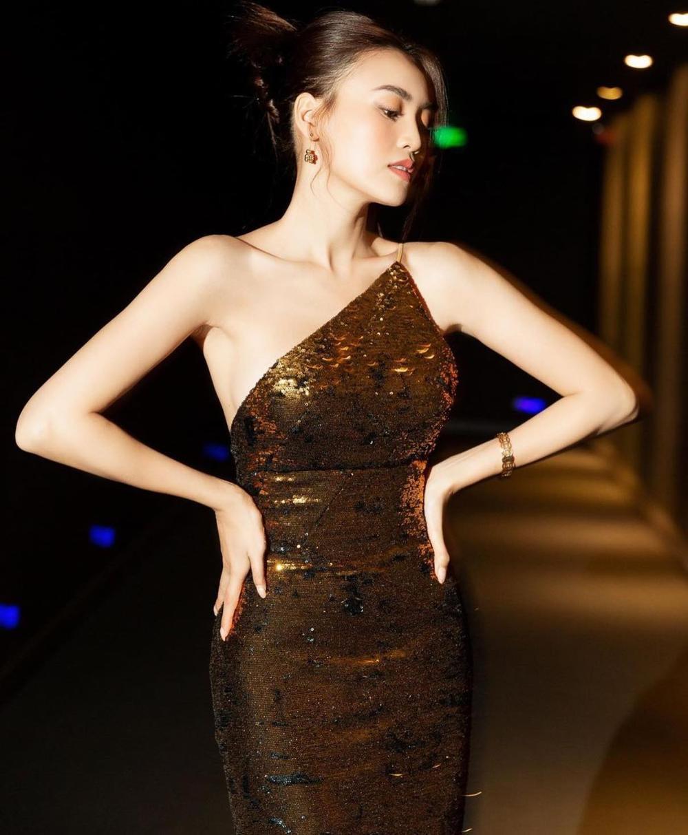 Diễm My 9x 'so kè' với Ninh Dương Lan Ngọc trong style kiệm vải Ảnh 3