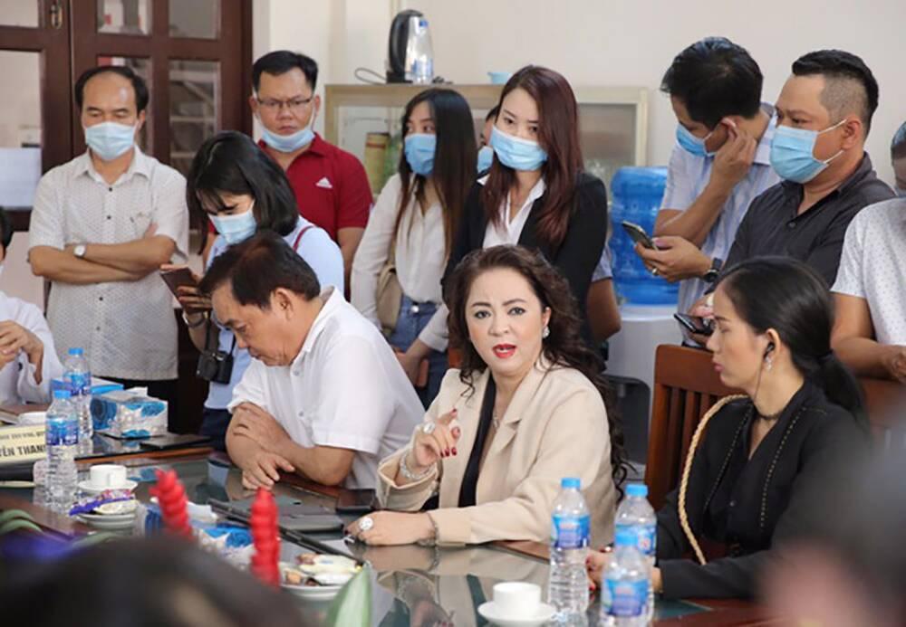 Vợ ông Dũng 'lò vôi' Nguyễn Phương Hằng chính thức làm việc với cơ quan công an vụ 'lương y' Võ Hoàng Yên Ảnh 1