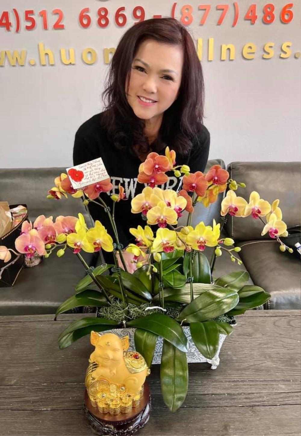 Bà xã cố nghệ sĩ Chí Tài nhận được quà 8/3 muộn nhưng vẫn rất vui: Là chú heo cùng lẵng hoa Ảnh 4