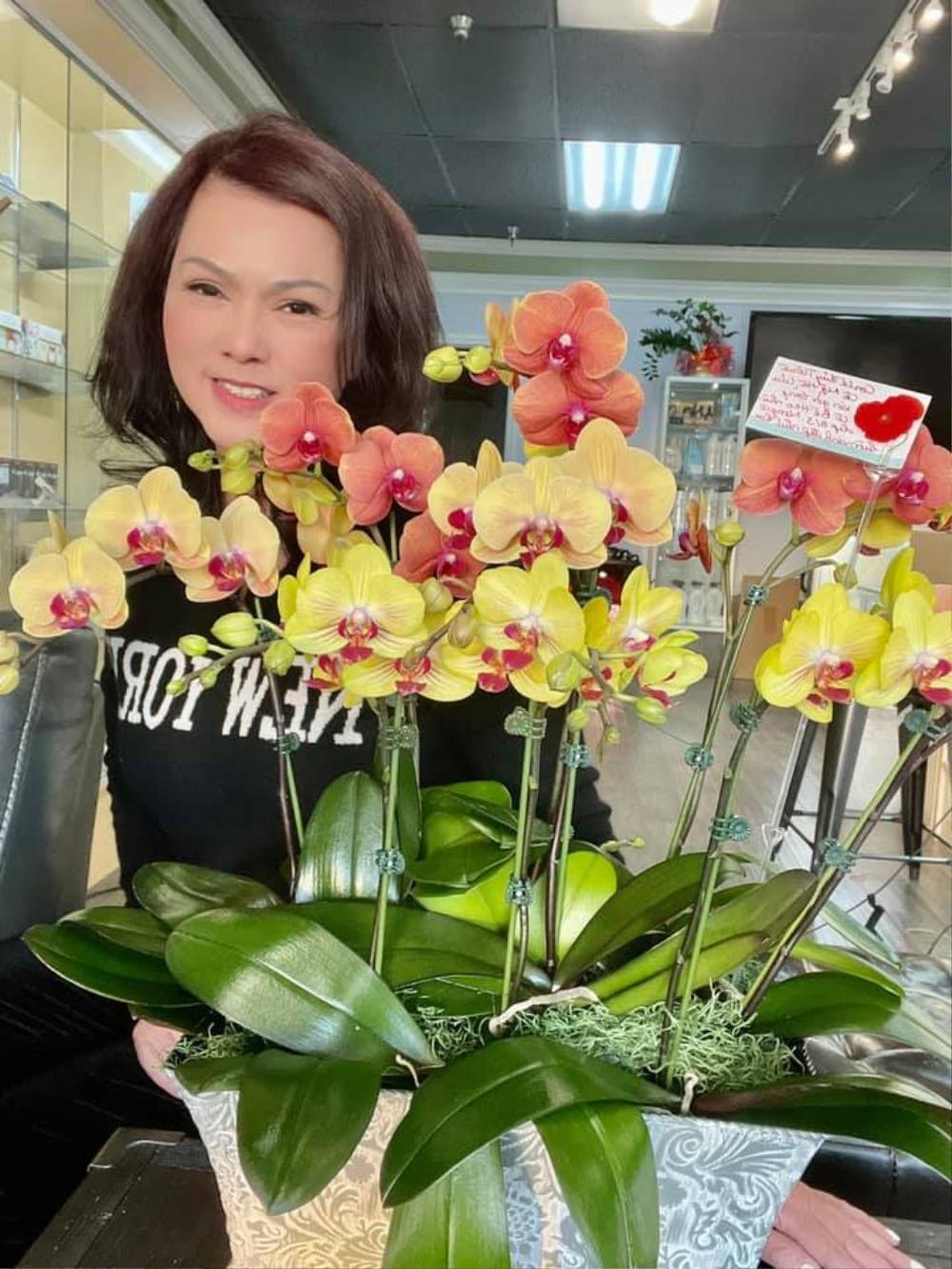 Bà xã cố nghệ sĩ Chí Tài nhận được quà 8/3 muộn nhưng vẫn rất vui: Là chú heo cùng lẵng hoa Ảnh 1