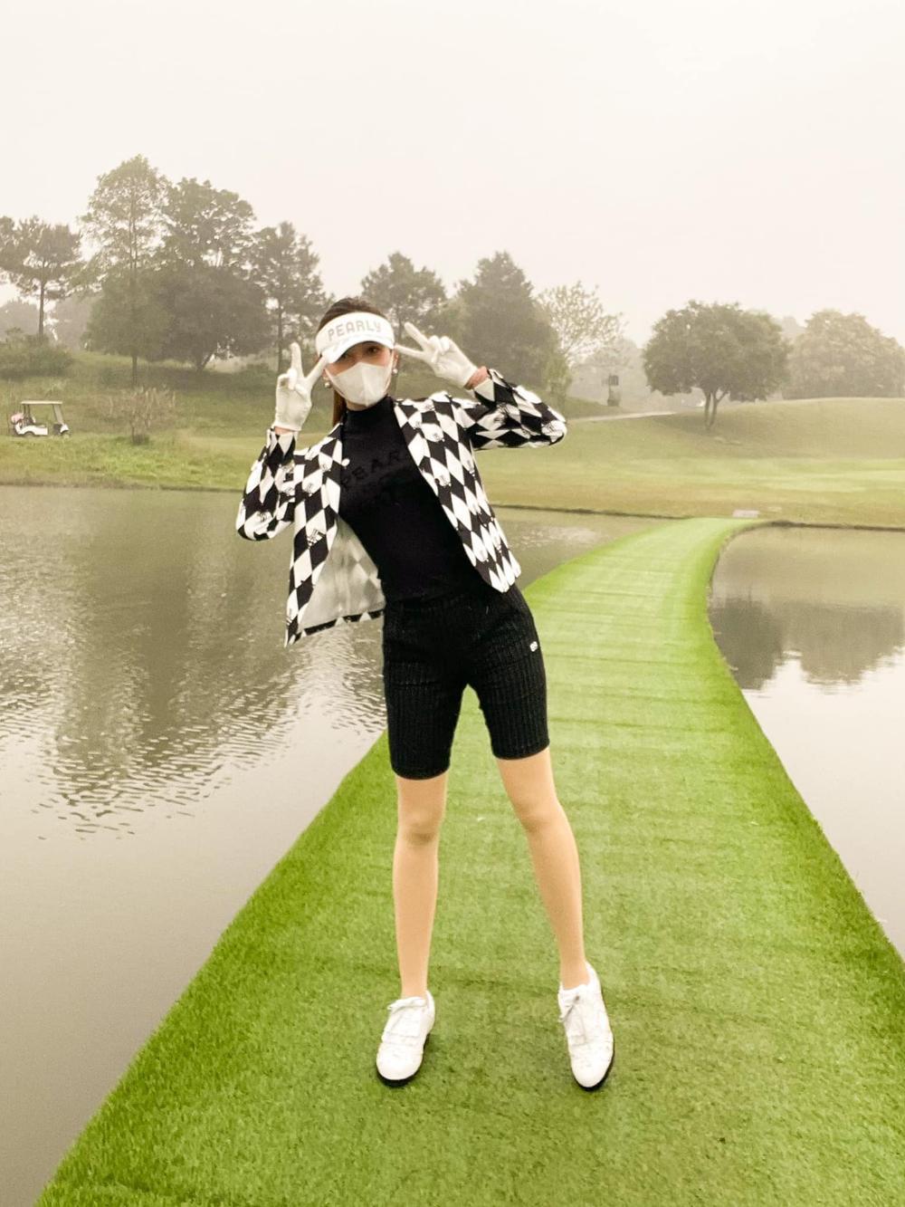 Á hậu Huyền My diện set đồ đánh golf như quý tộc Anh, khoe chân thon cực phẩm Ảnh 10