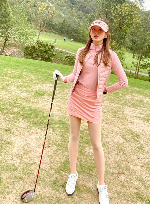 Á hậu Huyền My diện set đồ đánh golf như quý tộc Anh, khoe chân thon cực phẩm Ảnh 9