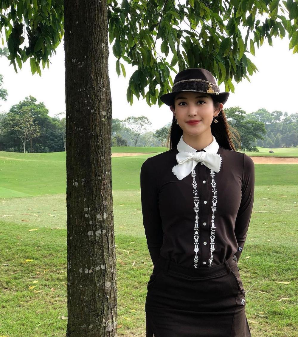 Á hậu Huyền My diện set đồ đánh golf như quý tộc Anh, khoe chân thon cực phẩm Ảnh 2