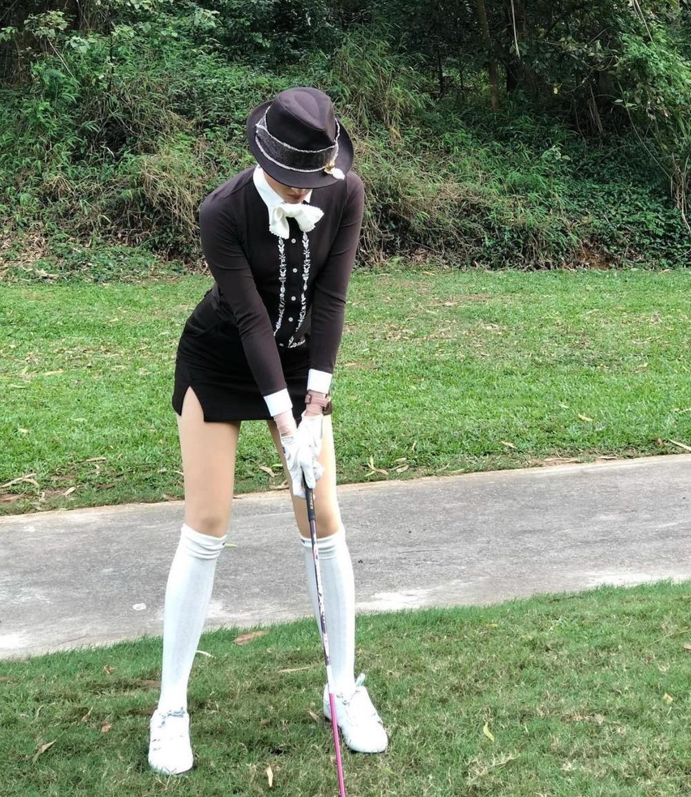 Á hậu Huyền My diện set đồ đánh golf như quý tộc Anh, khoe chân thon cực phẩm Ảnh 3