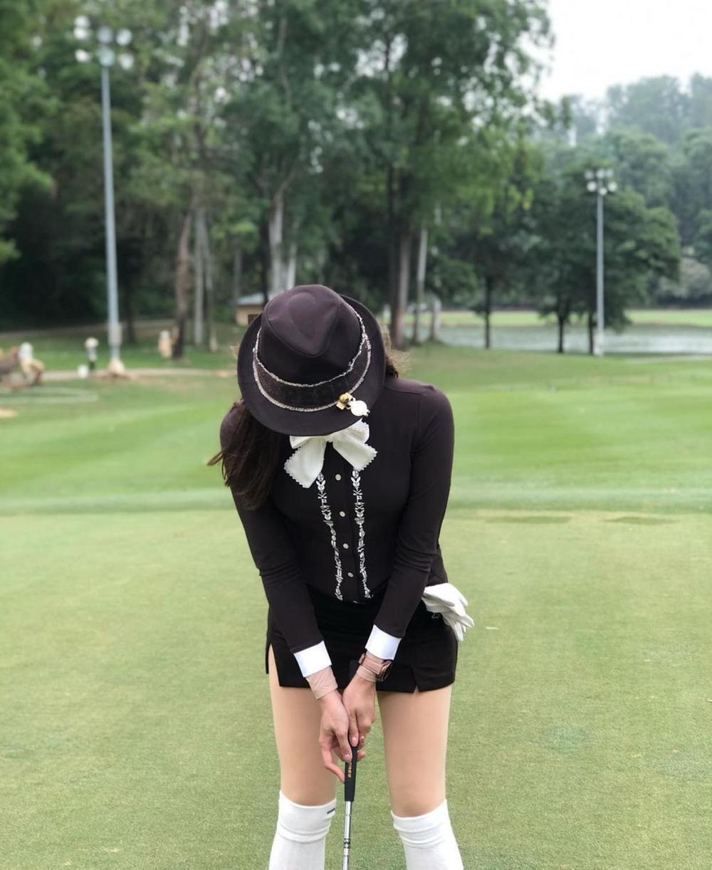 Á hậu Huyền My diện set đồ đánh golf như quý tộc Anh, khoe chân thon cực phẩm Ảnh 5
