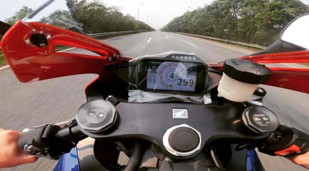 Tài xế Honda CBR phóng gần 300km/h trên đại lộ Thăng Long, đăng cả video lên MXH để khoe chiến tích Ảnh 1