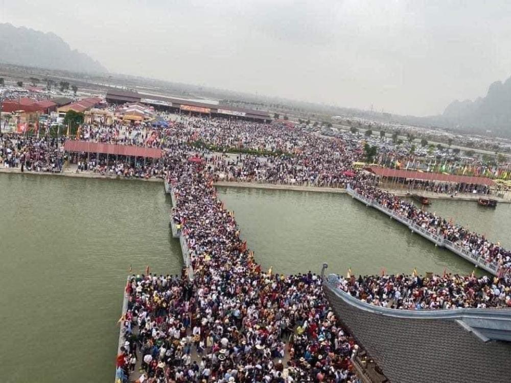 'Biển người' đông nghẹt đổ về ngôi chùa lớn nhất thế giới ngày cuối tuần bất chấp dịch COVID-19 Ảnh 1