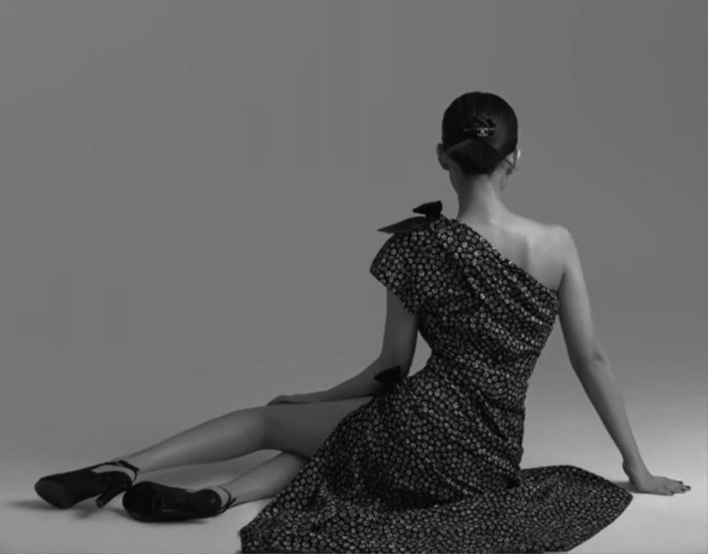 Jennie Black Pink gợi cảm với bodysuit khoe vòng 1 căng đầy trên bìa tạp chí Ảnh 5