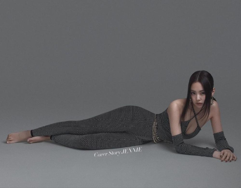 Jennie Black Pink gợi cảm với bodysuit khoe vòng 1 căng đầy trên bìa tạp chí Ảnh 2