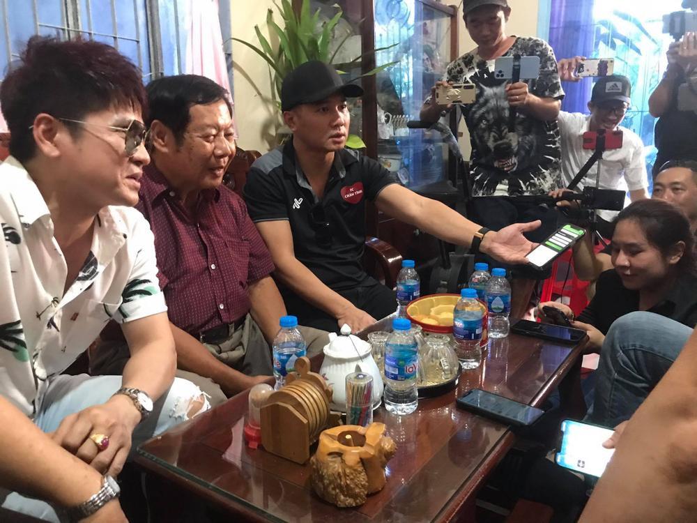 Lâm Vũ trao số tiền 93,3 triệu đồng cho mẹ ca sĩ Vân Quang Long Ảnh 3